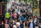 Zahlreiche Menschen untwerwegs auf der Königstraße in Stuttgart. Foto: Christoph Schmidt/dpa
