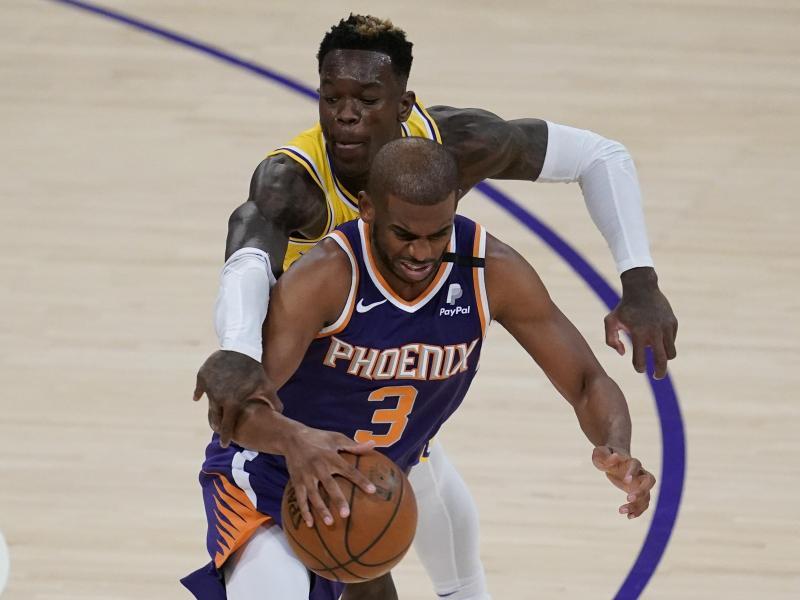 Dennis Schröder (hinten) musste sich mit den Los Angeles Lakers Chris Paul Anthony Davis und den Phoenix Suns geschlagen geben. Foto: Ashley Landis/AP/dpa