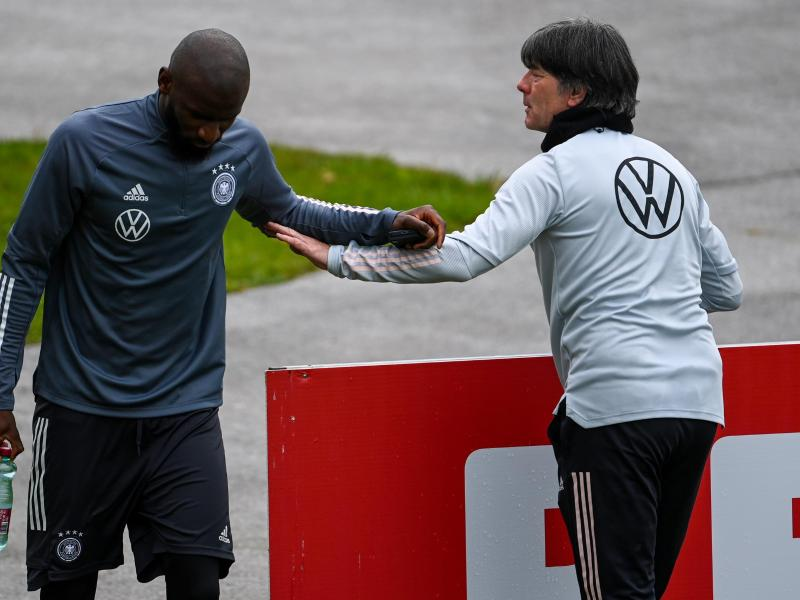 Welcome Champions-League-Sieger: Bundestrainer Joachim Löw (r) begrüßt Antonio Rüdiger in Seefeld. Foto: Federico Gambarini/dpa