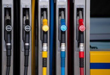In der Debatte um höhere Spritpreise hat Regierungssprecher Steffen Seibert klargestellt, dass die Preise für Benzin oder Diesel ohnehin in den kommenden Jahren steigen würden. Foto: Sven Hoppe/dpa