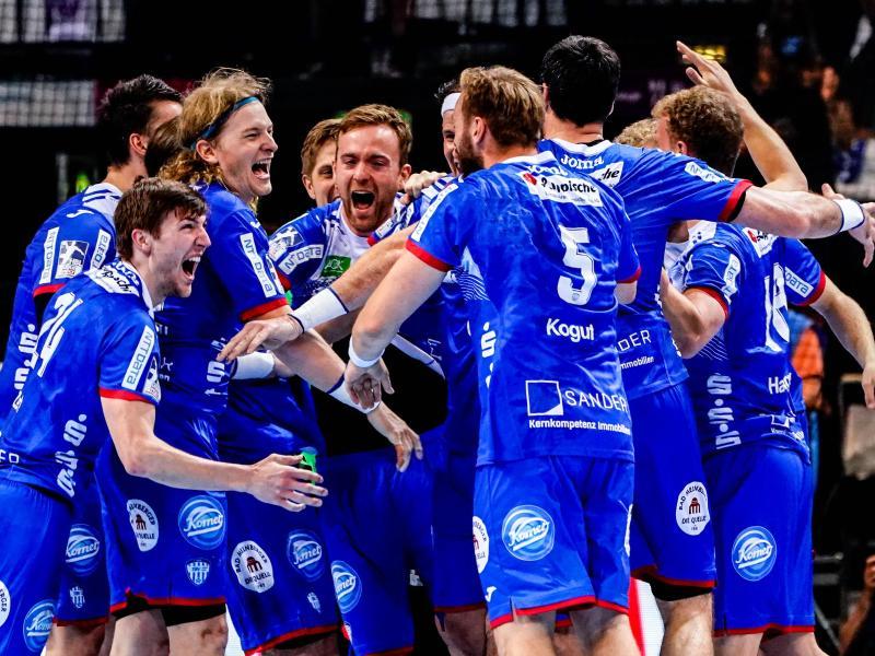 Die Spieler vom TBV Lemgo Lippe feiern den Sieg über MT Melsungen. Foto: Axel Heimken/dpa