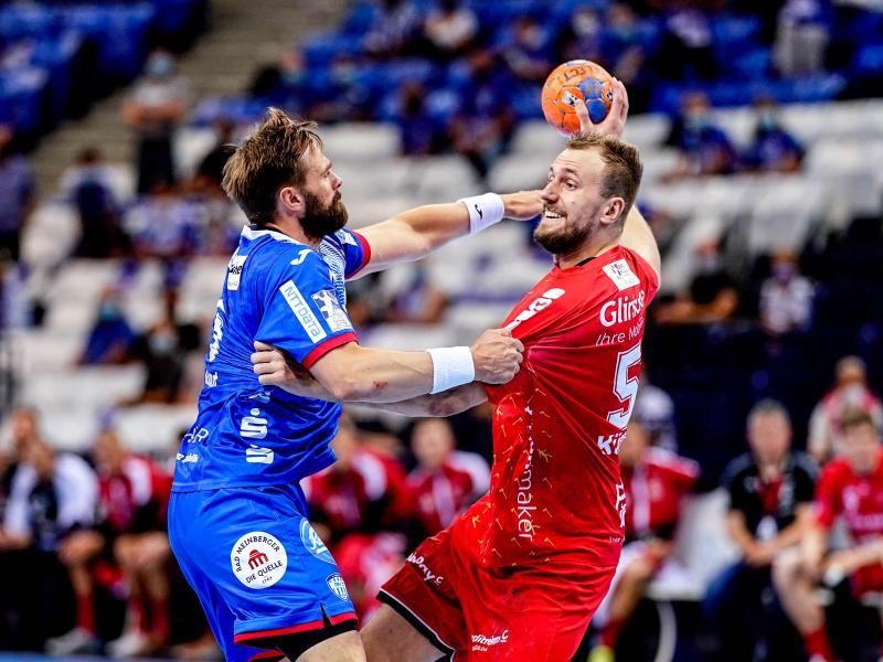 Melsungens Julius Kühn (r) und Lemgos Andrej Kogut kämpfen um den Ball. Foto: Axel Heimken/dpa