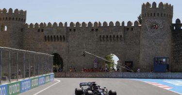 Braucht in Baku eine deutliche Steigerung um wieder an die Spitze zu kommen: Lewis Hamilton dreht in Baku Trainingsrunden. Foto: Darko Vojinovic/AP/dpa