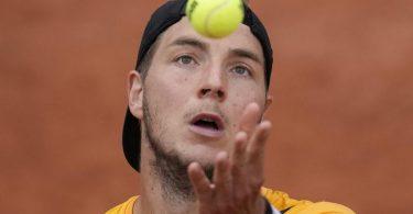 Struff hat sich gegen den Spanier Carlos Alcaraz mit 6:4, 7:6 (7:3), 6:2 durchgesetzt und steht im Achtelfinale der French Open. Foto: Christophe Ena/AP/dpa