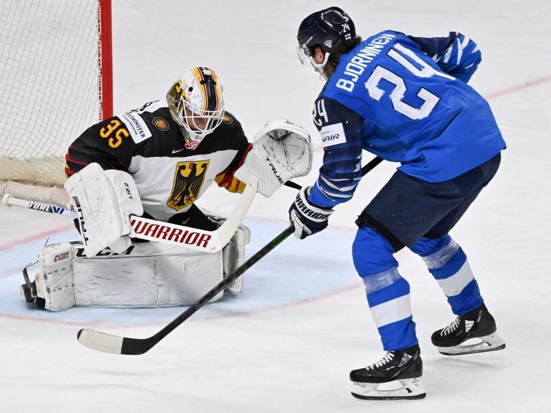 Finnlands Hannes Björninen (l) erzielt das 2:0 gegen den deutschen Torhüter Mathias Niederberger. Foto: Jussi Nukari/Lehtikuva/dpa