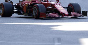 Charles Leclerc startet mit seinem Ferrari-Boliden beim Großen Preis von Aserbaidschan von der Pole Position ins Rennen. Foto: Darko Vojinovic/AP/dpa