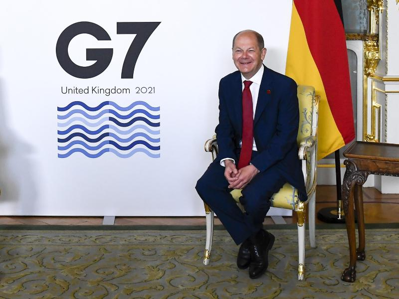 Hat nach der Einigung der G7-Staaten gute Laune:Finanzminister Olaf Scholz. Foto: Alberto Pezzali/AP/dpa
