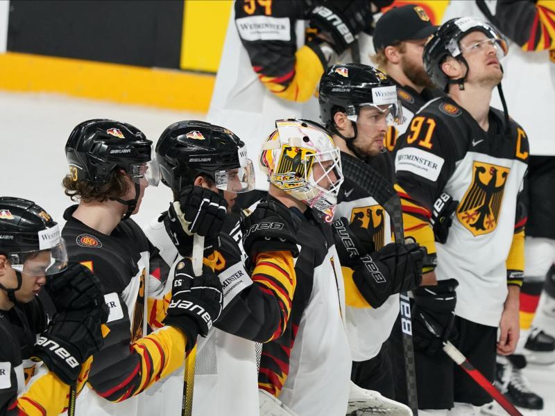 Das deutsche Team steht nach der 1:2-Halbfinalniederlage gegen Finnland enttäuscht auf dem Eis. Foto: Roman Koksarov/dpa