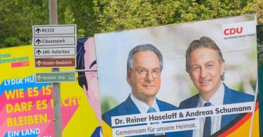 Reiner Haseloff (auf demPlakat links) ist mit 67 im Rentenalter. Und im Karrierehoch. Foto: Klaus-Dietmar Gabbert/dpa-Zentralbild/dpa