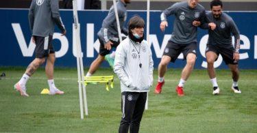 Bundestrainer Joachim Löw beobachtet das letzte Training in Seefeld. Foto: Federico Gambarini/dpa