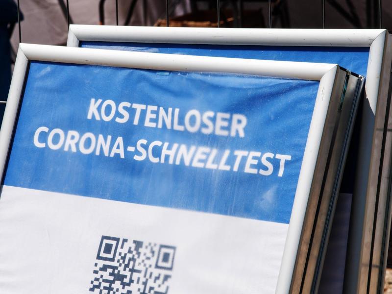 Betreiber von Teststellen können für die Entnahme eines Abstrichs künftig nur noch 8 statt bisher 15 Euro bei ärztlichen und 12 Euro bei anderen Anbietern abrechnen. Foto: Peter Kneffel/dpa