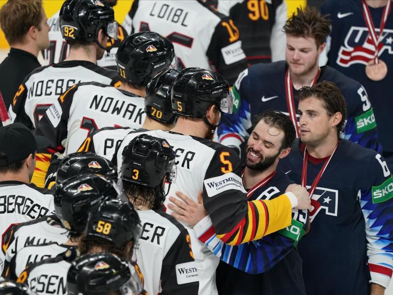 Die deutschen Eishockeyspieler gratulieren dem US-Team zum Sieg. Foto: Roman Koksarov/dpa