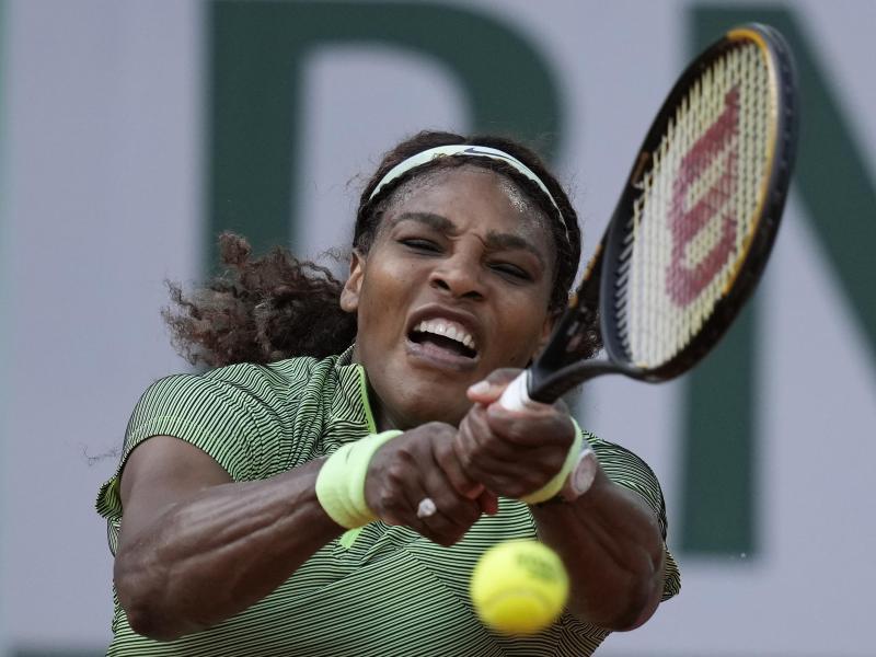 Serena Williams unterlag im Achtelfinale von Paris der Kasachin Jelena Rybakina mit 3:6, 5:7. Foto: Thibault Camus/AP/dpa