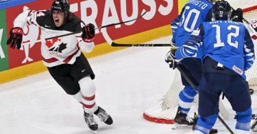 Kanadas Maxime Comtois (l) feiert nach seinem Treffer zum 1:1-Ausgleich. Foto: Jussi Nukari/Lehtikuva/dpa