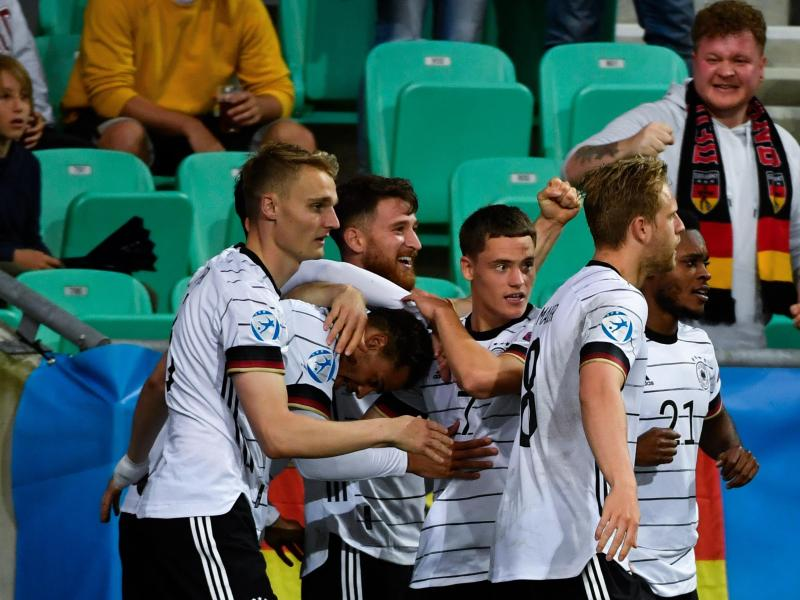 Torschütze Lukas Nmecha (Deutschland, 2.v.l) wird von den Mitspielern für sein Tor gefeiert. Foto: Marton Monus/dpa