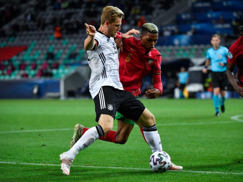 Deutschlands Arne Maier (Deutschland) behauptet den Ball vor Portugals Florentino Luis (r). Foto: Marton Monus/dpa
