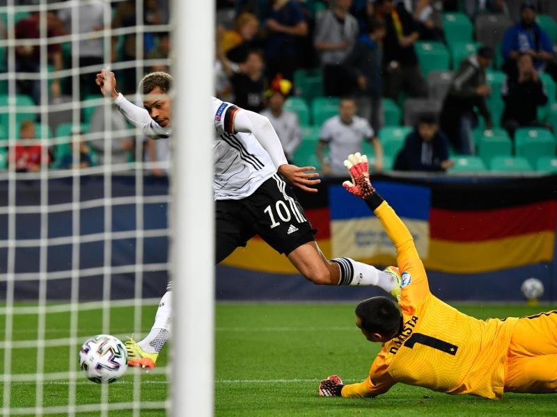 Lukas Nmecha (Deutschland, l) erzielt gegen Portugals Torhüter Diogo Costa das Tor zur 1:0-Führung. Foto: Marton Monus/dpa