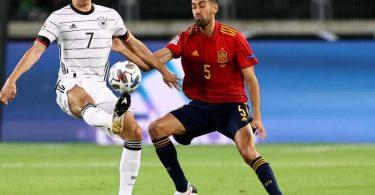 Spaniens Sergio Busquets (r) im Zweikampf mit Deutschlands Julian Draxler. Foto: Christian Charisius/dpa