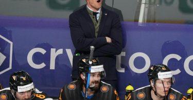 Bundestrainer Toni Söderholm (hinten) ruft Anweisungen an seine Spieler auf dem Eis. Foto: Roman Koksarov/dpa