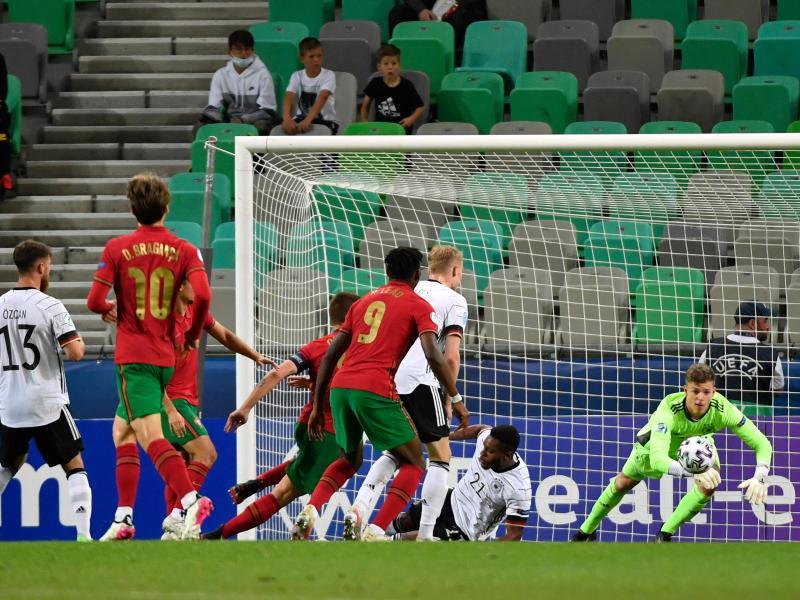Torhüter Finn Dahmen sichert den Ball in brenzliger Situation. Foto: Marton Monus/dpa