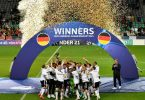 Die deutschen Spieler feiern mit der Trophäe den EM-Titel. Foto: Marton Monus/dpa