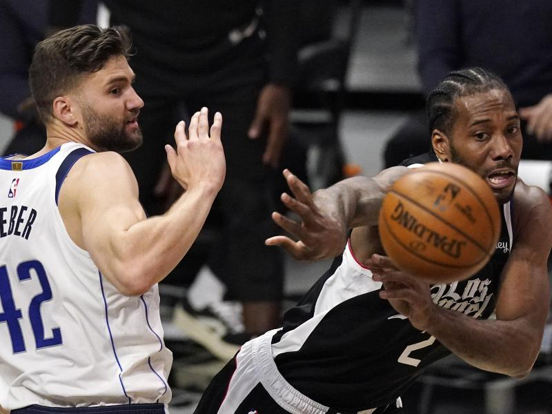 Maxi Kleber (l) und die Dallas Mavericks sind gegen die Los Angeles Clippers ausgeschieden. Foto: Mark J. Terrill/AP/dpa