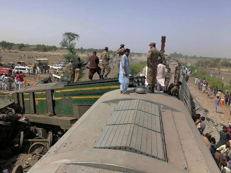 Truppen der pakistanischen Armee und Rettungskräfte am Ort der Zugkollision. Foto: Inter Services Public Relations/AP/dpa