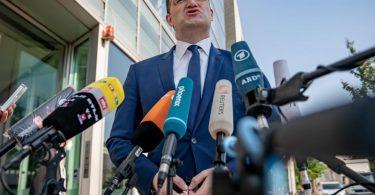 Gesundheitsminister Jens Spahn im Gespräch mit Medienvertretern in Berlin. Foto: Michael Kappeler/dpa