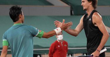 Klarer Sieg über Kei Nishikorei: Der Japaner gratuliert Alexander Zverev (r) zum Erfolg. Foto: Michel Euler/AP/dpa