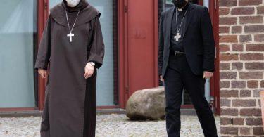 Die Apostolischen Visitatoren Anders Arborelius (l) und Hans van den Hende stehen vor dem Maternushaus. Sie sollen als Bevollmächtigte von Papst Franziskus die Arbeit des Kölner Erzbischofs Woelki untersuchen. Foto: Marius Becker/dpa