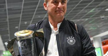 Bundestrainer Stefan Kuntz mit dem Pokal für den Gewinn der U21-Europameisterschaft. Foto: Sebastian Gollnow/dpa