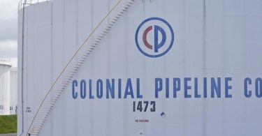 Colonial Pipeline Lagertanks in Woodbridge, N.J.. Nach dem Hackerangriff auf die größte Benzin-Pipeline in den USA haben Ermittler den Großteil einer Lösegeldzahlung in der Digitalwährung Bitcoin wiedererlangt. Sichergestellt worden seien 63,7 Bitcoin im Wert von derzeit etwa 2,3 Millionen US-Dollar. Foto: Seth Wenig/AP/dpa