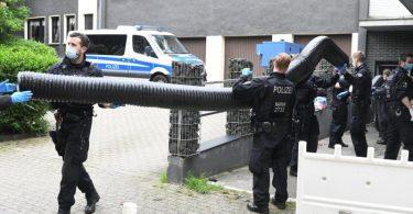 Einsatzkräfte stehen bei einem großangelegten Einsatz gegen die Rauschgiftkriminalität vor einem Bürogebäude in Essen. Foto: Stephan Witte/KDF-TV & Picture/dpa