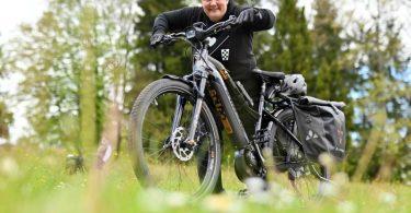 An guten Tagen schafft Sabine Serr auch mal eine längere Tour mit ihrem E-Bike. An schlechten kommt sie kaum die Treppe hoch. Foto: Uli Deck/dpa-tmn