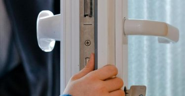 Geraten kleine Kinderfinger zwischen Tür und Rahmen, drohen ernsthafte Verletzungen. Foto: Markus Scholz/dpa-tmn