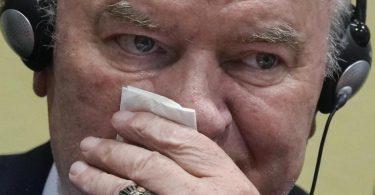 Der ehemalige bosnisch-serbische Militärchef Ratko Mladic im Gerichtssaal. Foto: Peter Dejong/AP/dpa