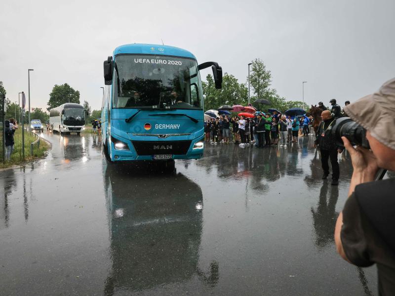 Zahlreiche Zuschauer verfolgten die Ankunft im EM-Quartier im «Home Ground» in Herzogenaurach. Foto: Christian Charisius/dpa