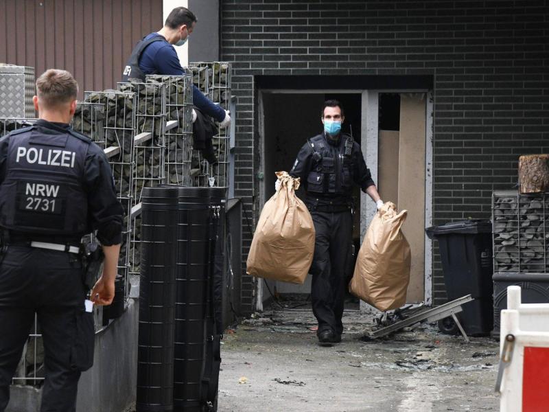 Einsatzkräfte stehen bei einem großangelegten Einsatz gegen die Rauschgiftkriminalität vor einem Bürogebäude in Essen. Internationale Ermittler haben nach Angaben von Europol bei einem Einsatz gegen das Organisierte Verbrechen mehr als 800 Verdächtige in über 100 Ländern festgenommen. Foto: Stephan Witte/KDF-TV & Picture/dpa