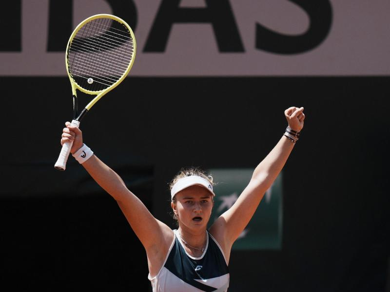 Die Tschechin Barbora Krejcikova jubelt, sie steht in Paris im Halbfinale. Foto: Thibault Camus/AP/dpa