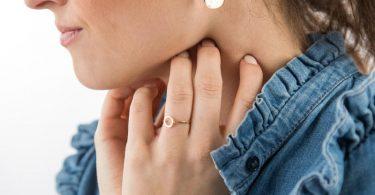 «Ist da etwas?»: Menschen mit Krankheitsangst checken ihren Körper häufig auf mögliche Auffälligkeiten ab. Foto: Christin Klose/dpa-tmn
