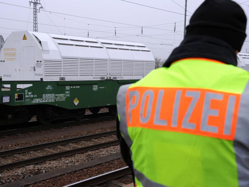 Transport von Castor-Behältern in Begleitung der Polizei. Foto: Uli Deck/Archiv