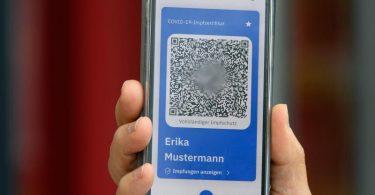 Den digitalen Nachweis soll man sich künftig direkt in Praxen oder Impfzentren erstellen lassen und dann per Smartphone nutzen können. Foto: Soeren Stache/dpa