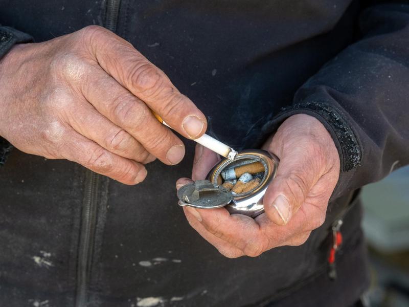 Rauchen richtet neben Alkohol nach wie vor mit Abstand die größten Gesundheitsschäden in Deutschland an. Foto: Armin Weigel/dpa