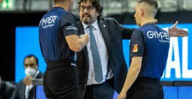 Trainer Andrea Trinchieri (M.) ärgerte sich über technische Fouls seines Teams. Foto: Andreas Gora/dpa