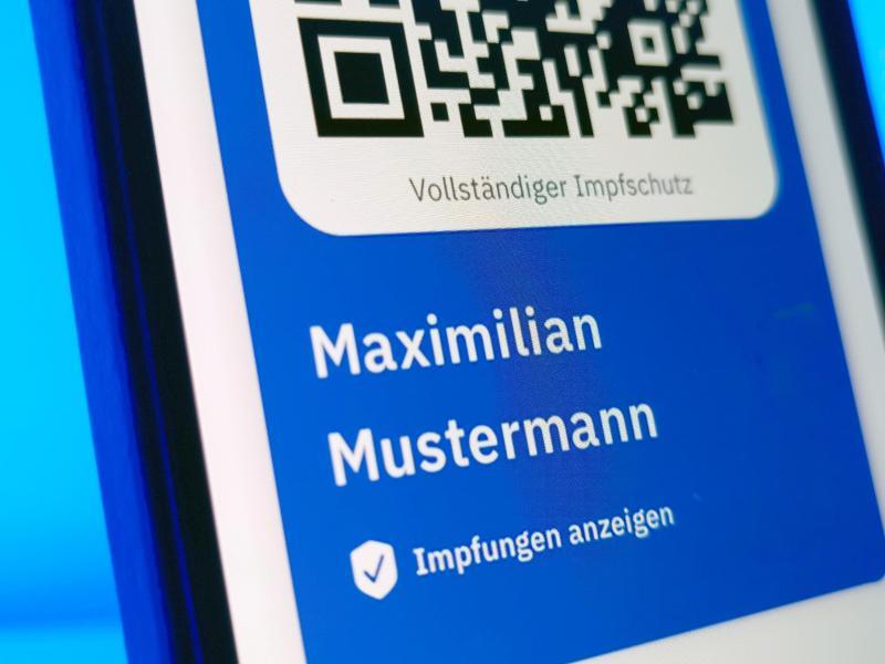 Die CovPass-App soll eine Ergänzung zum gelben Impfheft sein. Foto: Christoph Dernbach/dpa