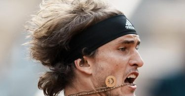 Muss gegen den Griechen Tsitsipas sein bestes Tennis abrufen, um ins Finale zu gelangen: Alexander Zverev. Foto: Thibault Camus/AP/dpa