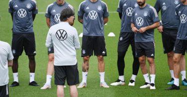 Alle da: Joachim Löw hat mit allen 26 Spielern das erste Training im Turnierquartier in Herzogenaurach bestreiten können. Foto: Federico Gambarini/dpa