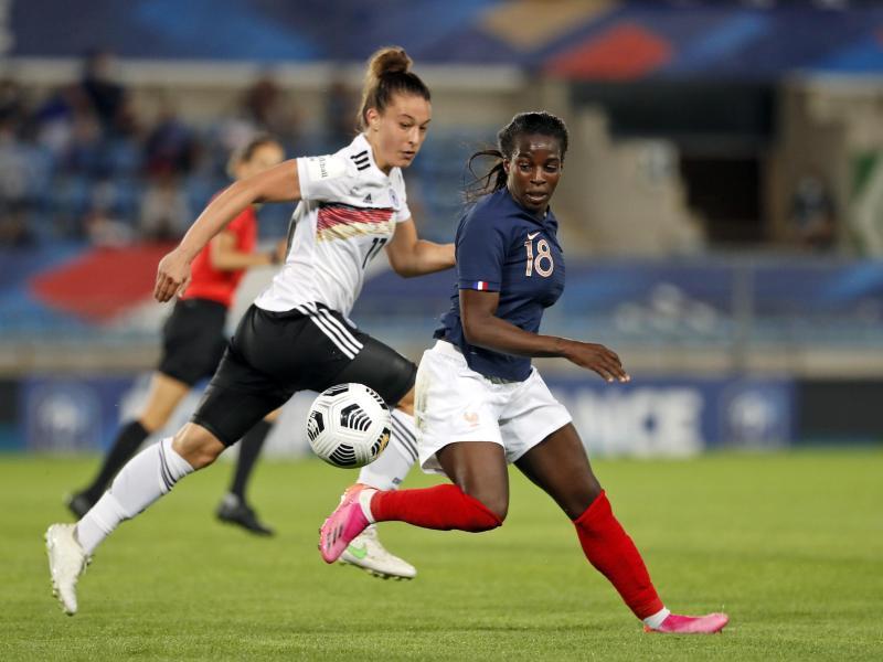 Felicitas Rauch (l) musste sich mit den DFB-Frauen Frankreich knapp geschlagen geben. Foto: Jean-Francois Badias/AP/dpa