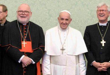 Papst Franziskus (M) lehnte den Rücktritt von Kardinal Marx (l) überraschend ab. Foto: -/Vatikan/dpa
