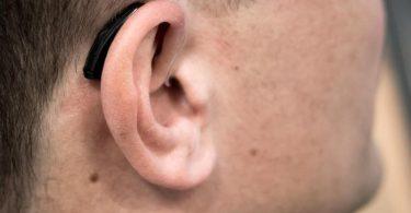 Das Hirn muss das «neue Hören», das durchs Hörgerät möglich wird, erst wieder lernen. Foto: Alexander Heinl/dpa-tmn
